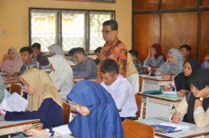 FormatFactoryapril-rektor memantau calon mahasiswa yang sedang ujian