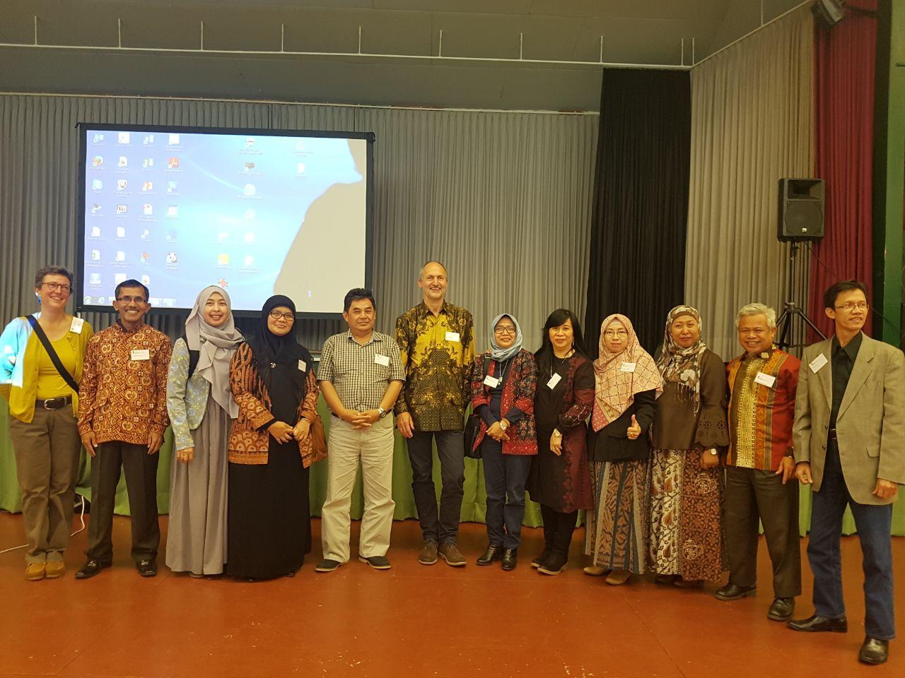 Keterangan gambar peneliti Unja pada CRC 990 bersama dengan speaker CRC 990, Prof. Dr. Stefan Scheu (tengah) dan kepala kantor CRC 990 di Universitas Goettingen, Dr. Barbara Wick (paling kiri)