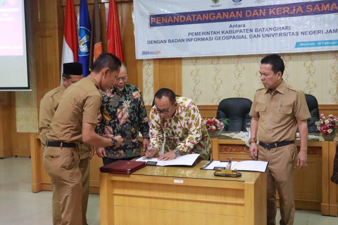 Rektor Tandatangani Kerjasama dengan Bupati Batanghari dan Badan Informasi Geospasial